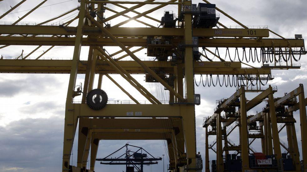 Grúas para contenedores en el puerto exterior