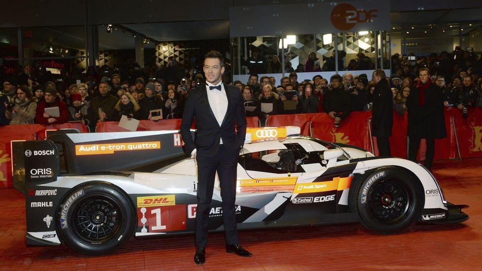El piloto alemán Andre Lottener posa junto a su coche de la carrera de Le Mans.