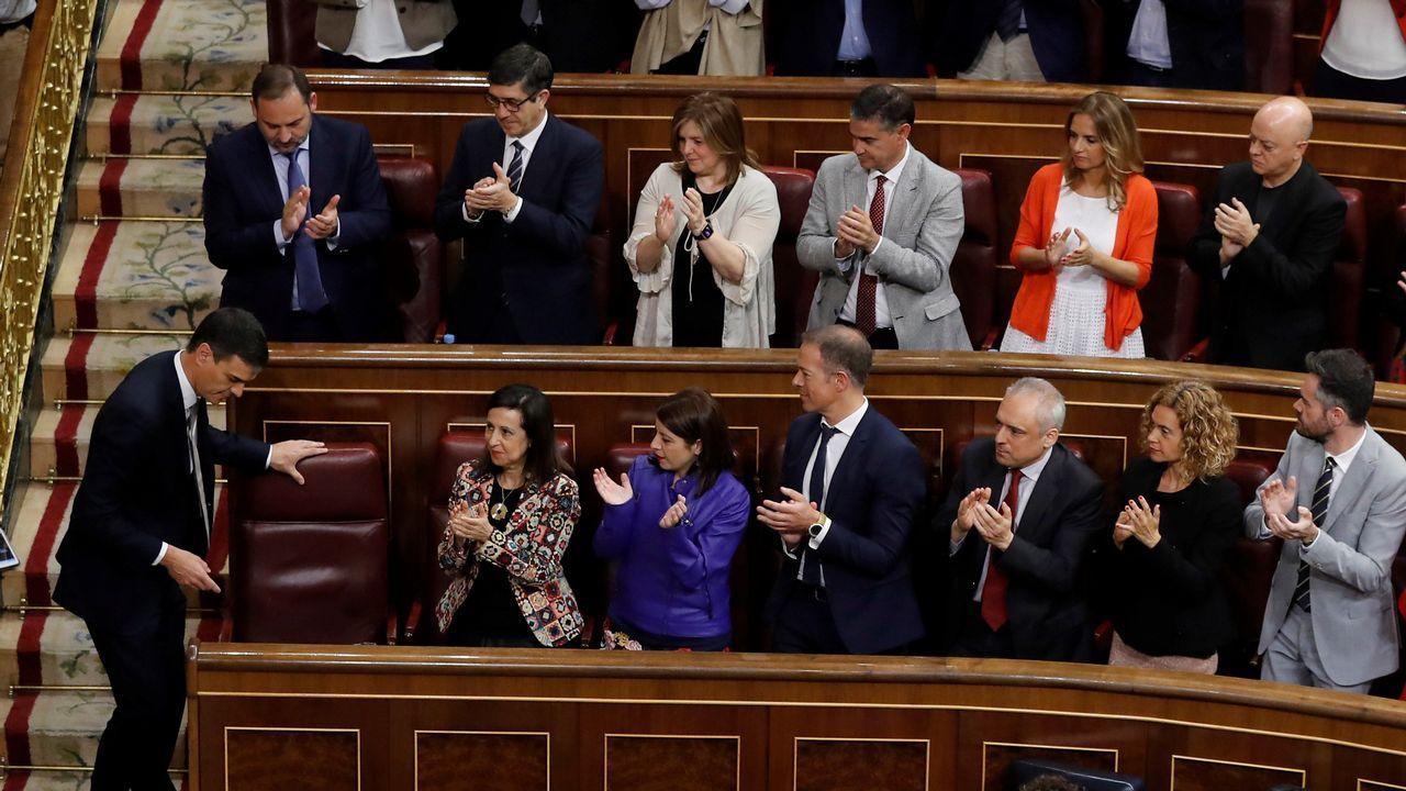 Aplausos de la bancada socialista a Pedro Sánchez.