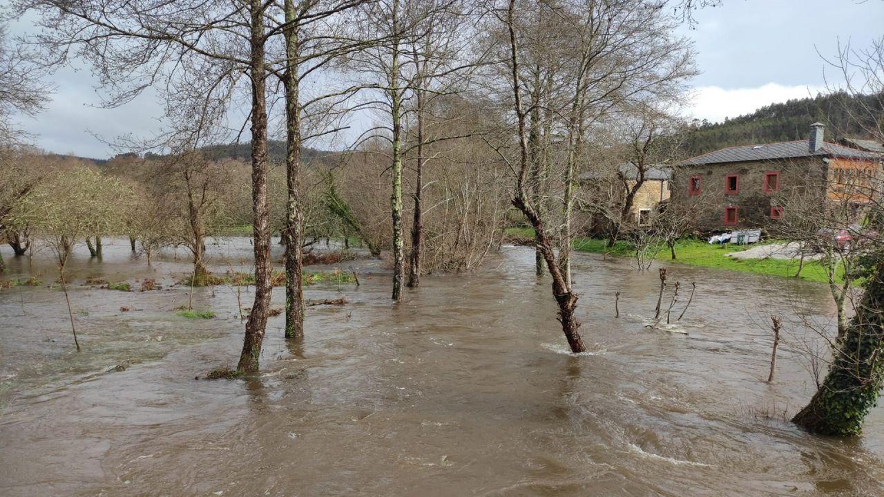 Desbordamiento del río Baleo en la parroquia de Couzadoiro, en Ortigueira