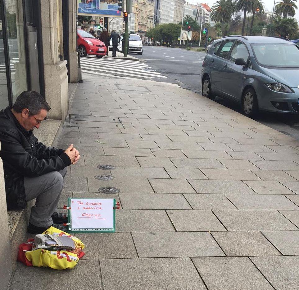 En los Cantones y plaza de Orense pide ayuda con bandera española.