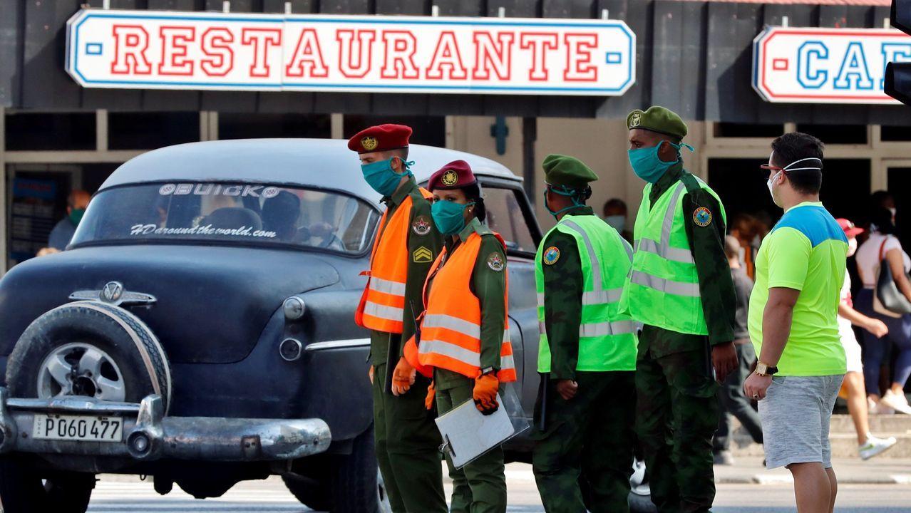 Militares cubanos controlando una céntrica calle de La Habana