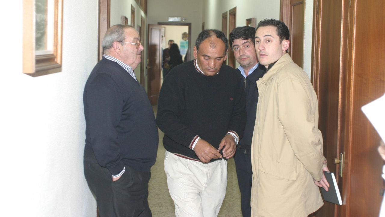 A la izquierda, Ramón Barcia Abad, en la cofradía, con dirigentes del sector pesquero burelense en febrero del 2005, tras el naufragio del Siempre Casina