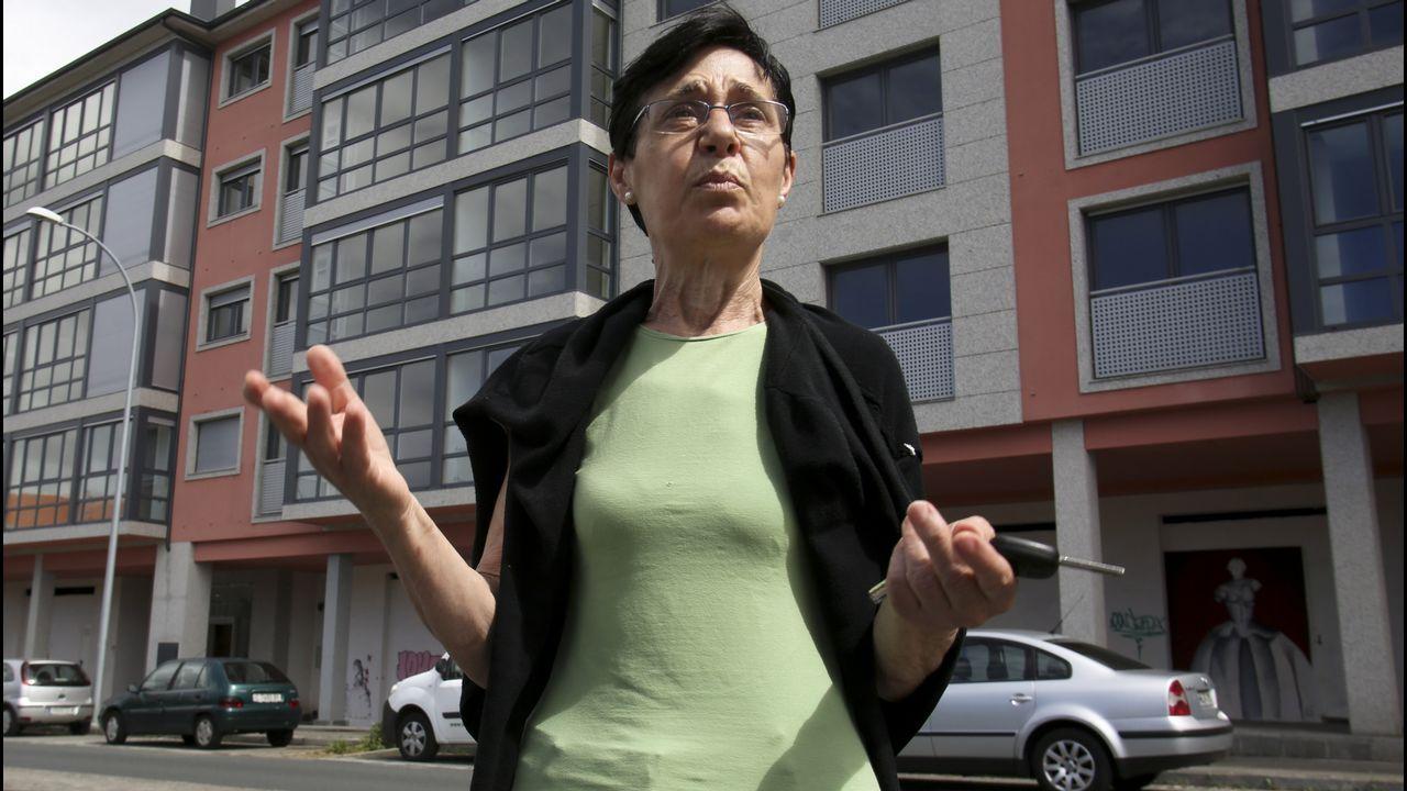 Montan guardia en la calle para que no saqueen unos pisos por los que esperan hace diez años.Liberbank
