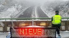 Imagen de la autovía A-52, a al altura de A Gudiña, durante la nevada de este jueves