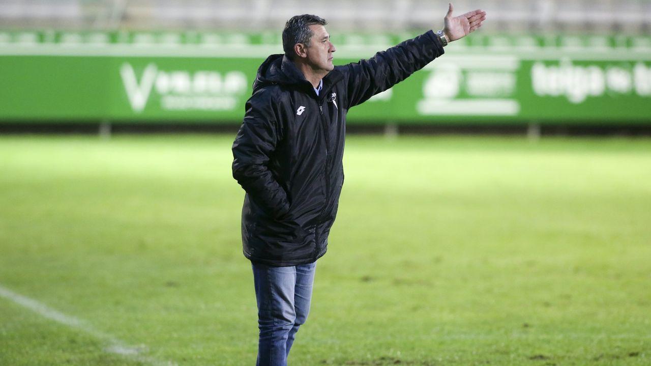 El Racing de Ferrol regresa a los entrenamientos.Mujaid trata de escapar de la marca de Seoane durante el partido de la primera vuelta ante el Racing en Riazor