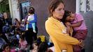 Ciudadanos mexicanos que huyen de la violencia, hacen cola para cruzar a EE.UU. para solicitar asilo en el puente fronterizo de Ciudad Juárez