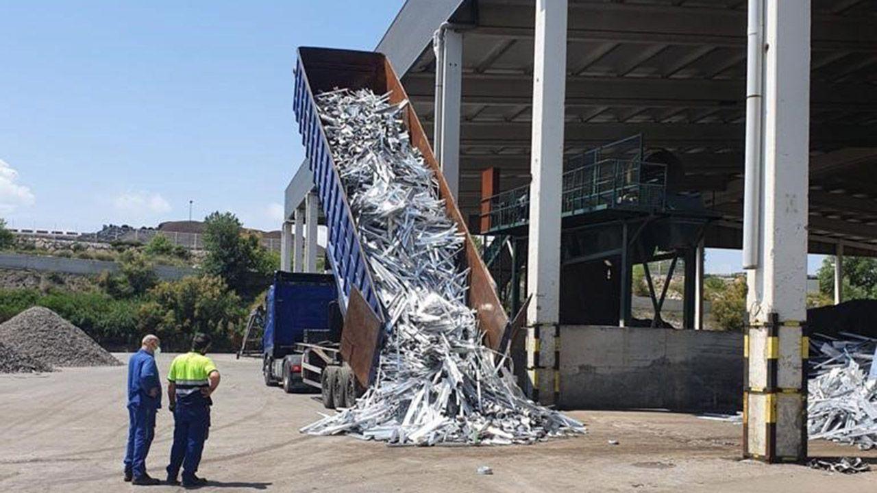 Descarga de material en Alu Ibérica en Avilés