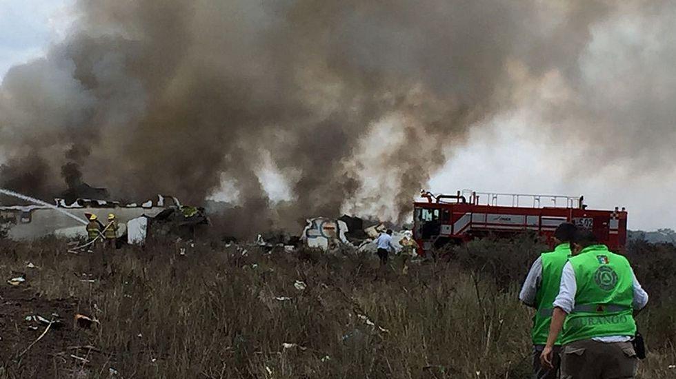 Equipos de socorro se dirigen hacia el avión de Aeroméxico estrellado en Durango