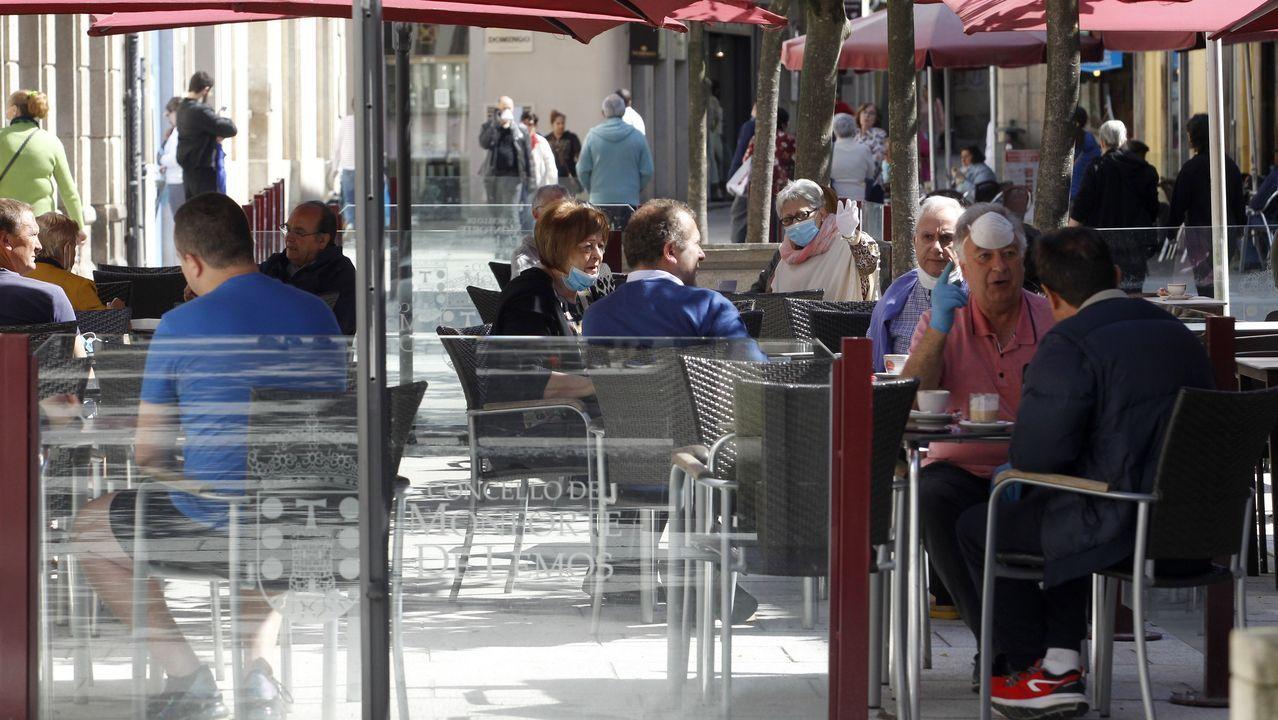 Mascarillas entre la clientela de esta terraza de Monforte