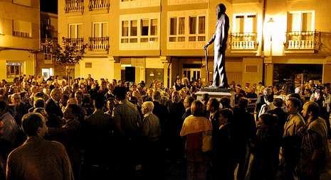 Llegada triunfal de Feijoo al comité de dirección del PP gallego.Decenas de personas presenciaron el descubrimiento de la figura.