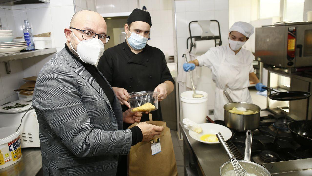 José Manuel Pereira, gerente de Las Sirenas, en la cocina que ofrecerá servicio de «take away»