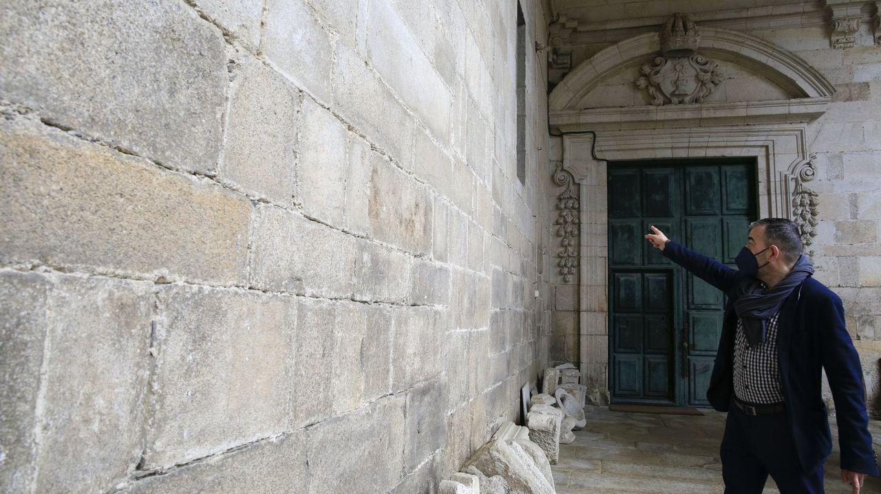 A Ofrenda do Antigo Reino de Galicia en imaxes.César Carnero señala la pared barroca tras la que se esconde la puerta románica