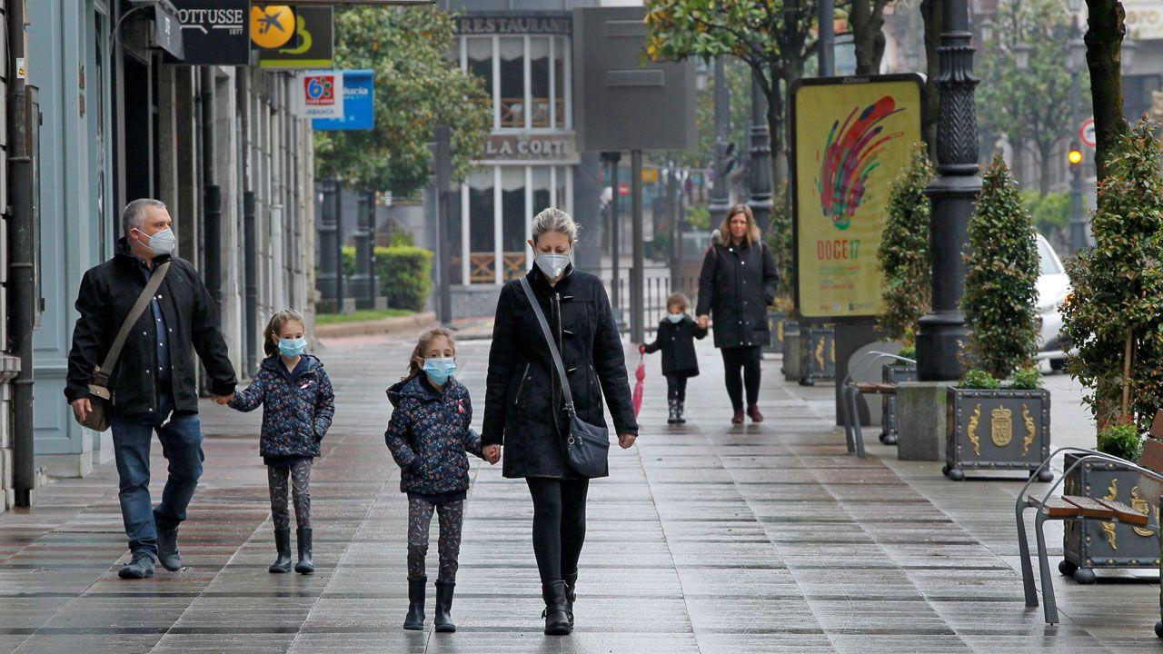 Niñas paseando por la calle Uría, en Oviedo