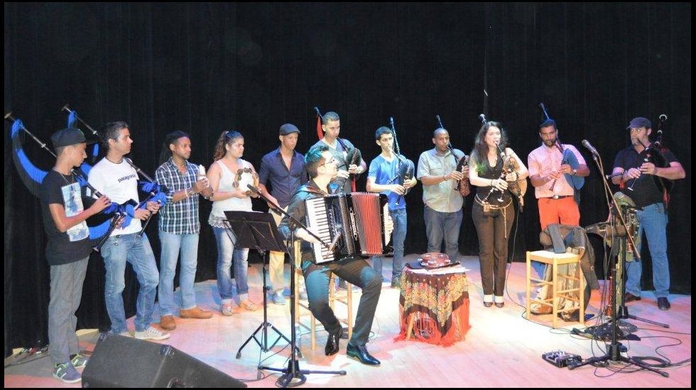 El Festival Internacional del Mundo Celta de Ortigueira, en imágenes.Patro, con los músicos cubanos