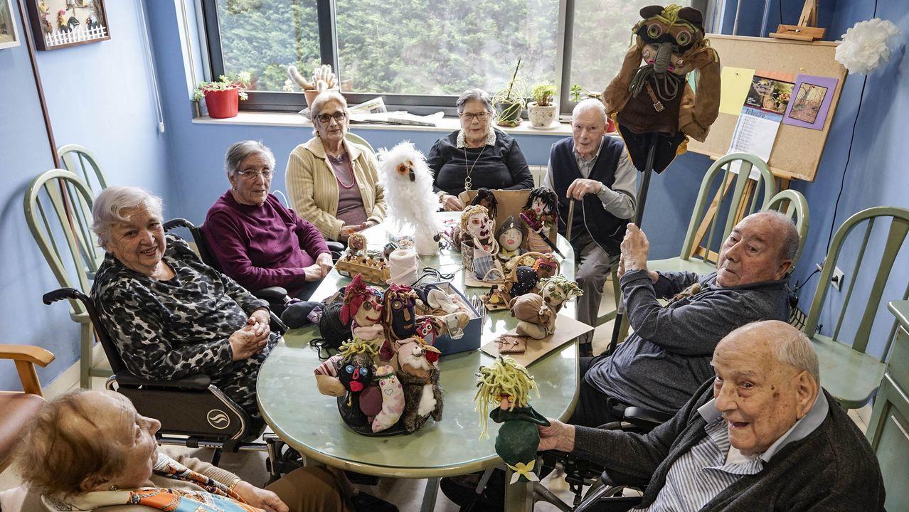 Cinco jóvenes ourensanos cuentan su experiencia con la terapia de cambio de sexo.Celia, con su hija, que padece el síndrome de Coffin-Lowry