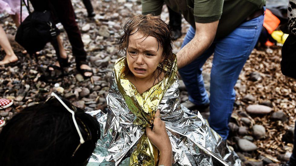 Nueva llegada angustiosa de refugiados a Lesbos.Refugiados iraquís en un campamento habilitado para acoger a los vecinos de la localidad de Faluya que huyen de losa combates entre las tropas regulares y los soldados del Estado Islámico.