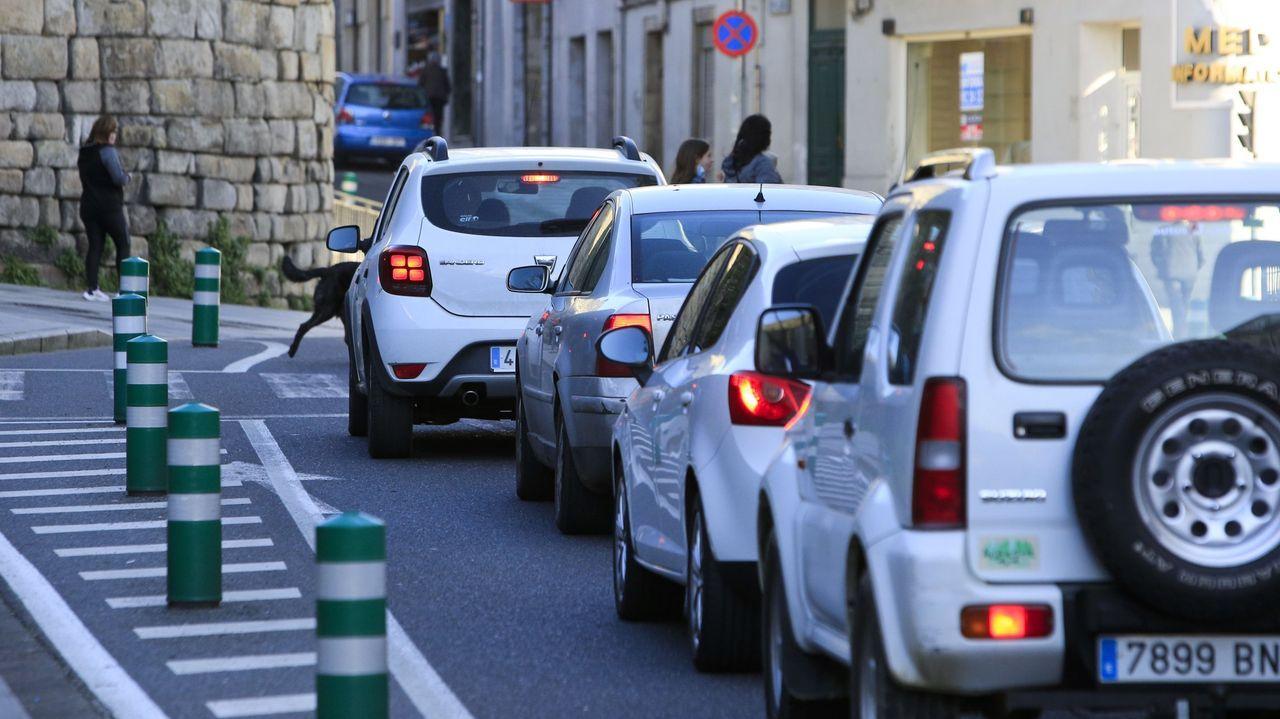 El cruce de la Ronda da Muralla con la rúa Santiago es uno de los más conflictivos para las empresas de reparto