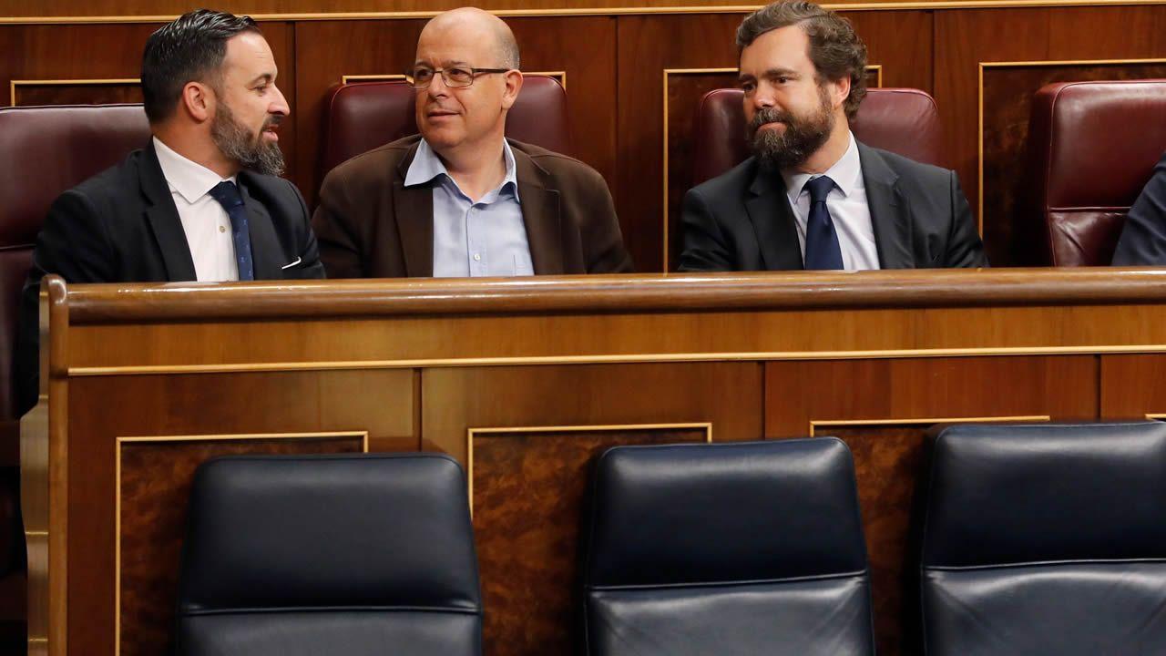 Hoy cada diputado se sienta en el escaño que quiere. Y los de VOX han ocupado justo los de encima de los miembros del Gobierno.
