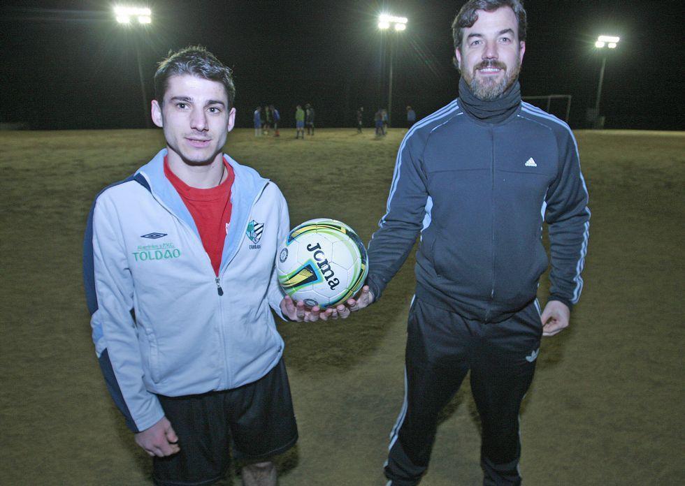 Moski, a la izquierda, se entrenó el martes en el campo de A Medela con Emilio García.