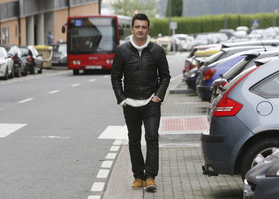 Óscar Rosende pasea por el barrio al que se mudó en el 2009 y del que no piensa moverse.