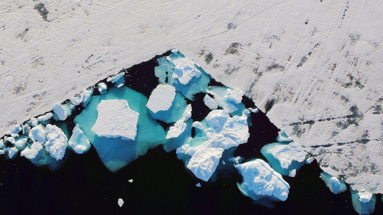 El lugar donde nunca se pone el sol.Un iceberg flota en un fiordo cerca de la ciudad de Tasiilaq, Groenlandia