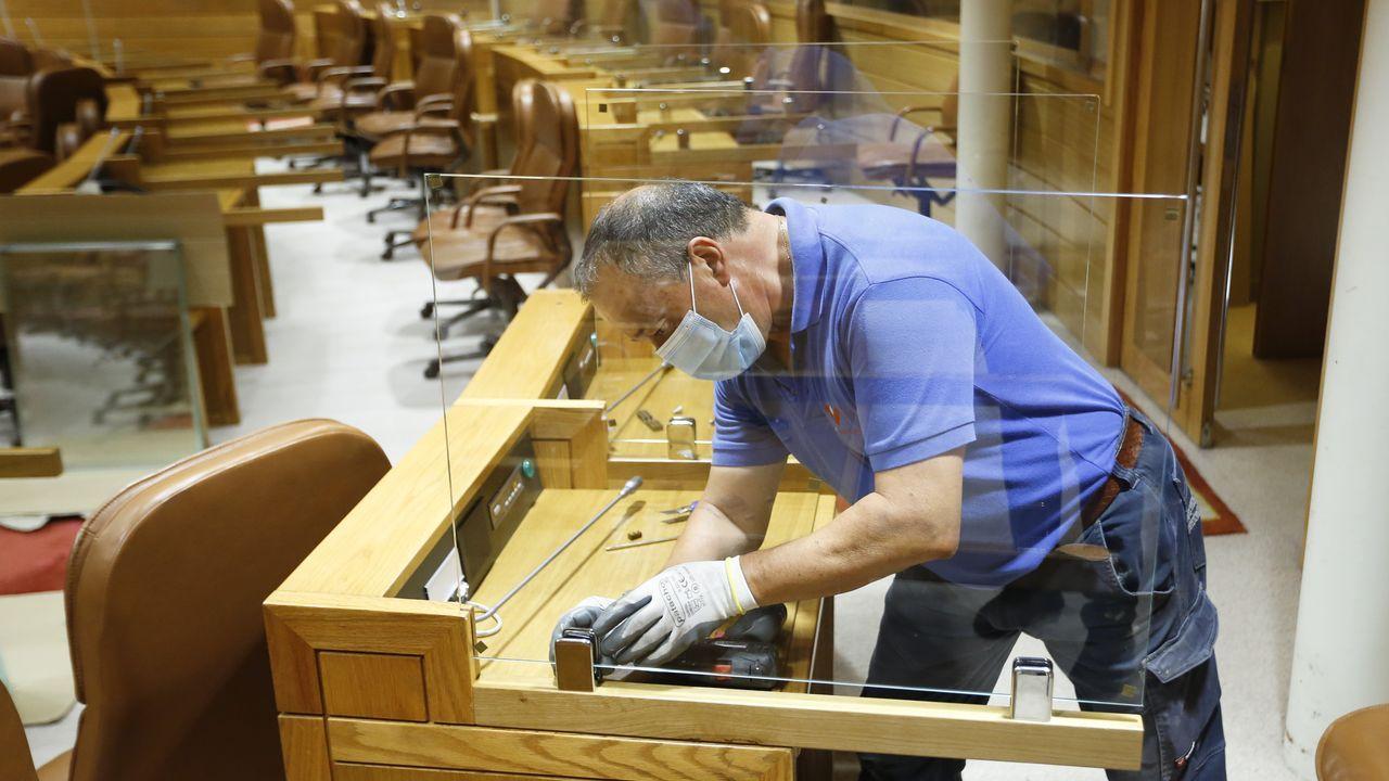 Así arrancó la undécima legislaturagallega.Un operario poniendo mamparas de separación en el Parlamento, esta semana