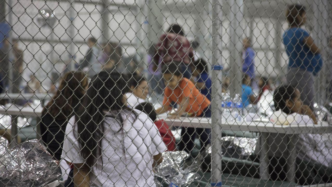 Migrantes detenidos en un centro de McAllen, en Texas