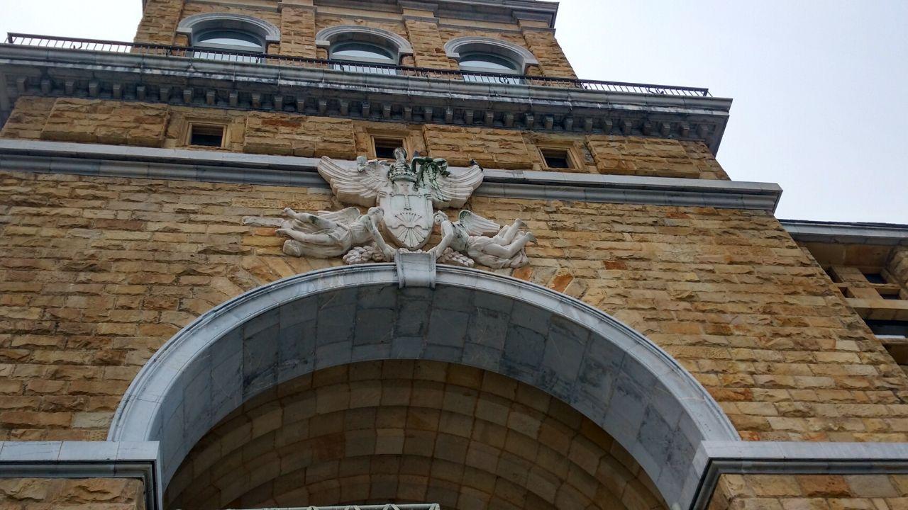 Escudo franquista en la fachada de la entrada principal de la Laboral