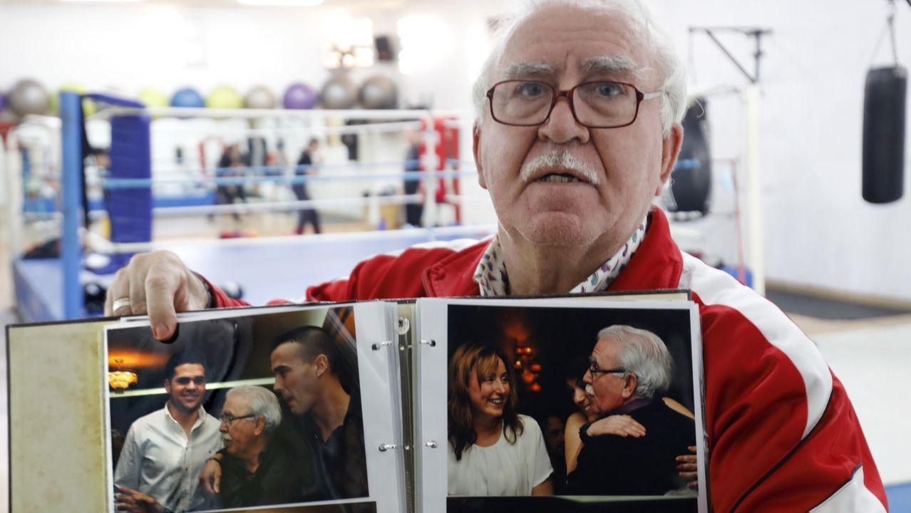 Amoedo posando con las fotos de fiesta sorpresa de 70 cumpleaños en las que puede verse a Agustín Álvarez en las dos imágenes de la izquierda. La mujer de Amoedo organizó la celebración para un selecto grupos de amigos, y Agustín figuró desde el inicio en la lista de invitados.