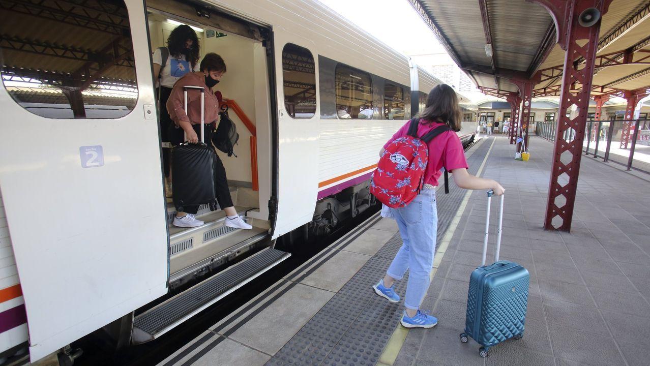 La línea Ferrol-A Coruña, en foto de archivo, es una de las más lentas del país
