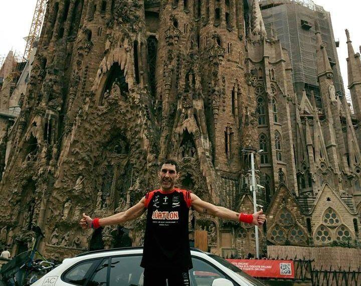 Figueiro posa con la Sagrada Familia al llegar a Barcelona.