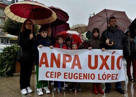 Aulas vacías y manifestaciones contra la Lomce.Asociaciones de padres se manifestaron en Cee.
