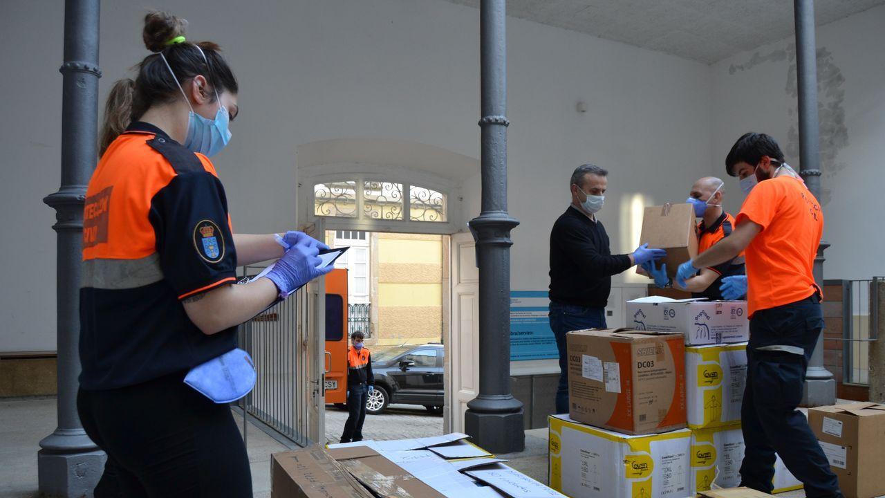 En la imagen, el antiguo Hospicio de Ferrol, donde el Concello está almacenando todo el material donado por empresas y particulares