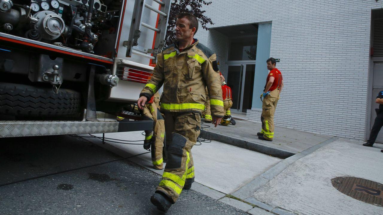 Bomberos de Santiago en un incendio en la calle Josefa Garcia Segret.Imagen de archivo de un incendio forestal