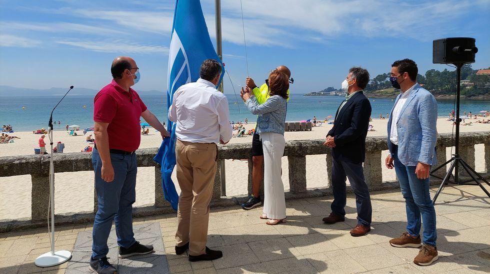 Izado de la bandera azul en Silgar con la asistencia del alcalde, Telmo Martín, y la conselleira de Medio Ambiente, Ángeles Vázquez