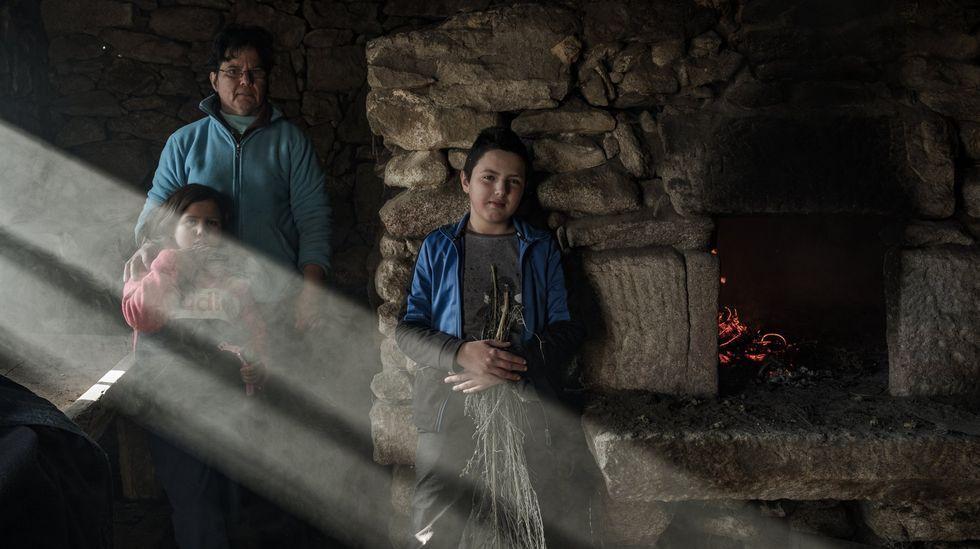 Reivindicandoo 8M en Arousa.Maribel Felguera y su familia, únicos habitantes de la aldea de Anagaza, en Trives