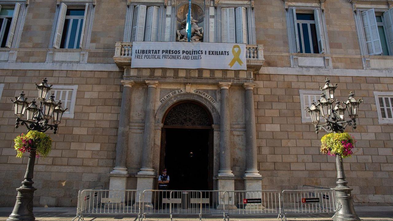 El independentismo reacciona a la sentencia y Torra pide una amnistía.Imagen del edificio de la presidencia de la Generalitat, de cuyo balcón cuelgan símbolos partidistas