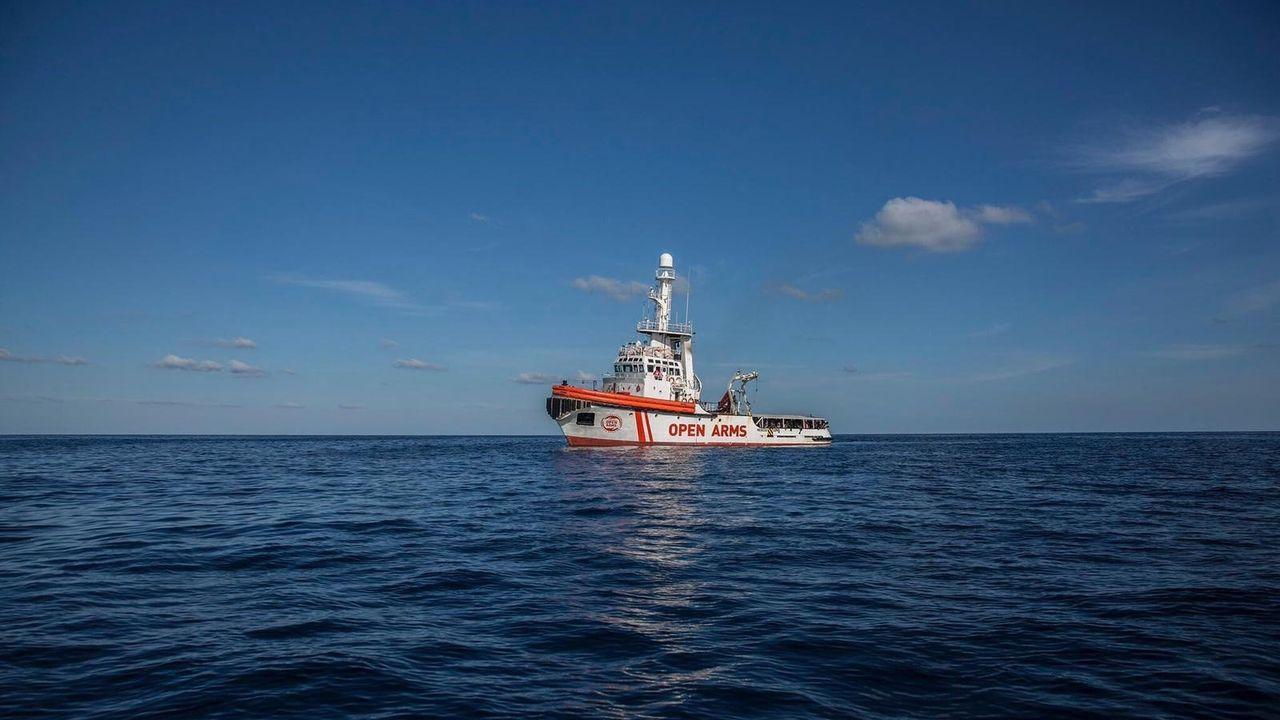 El Open Arms aguarda puerto seguro.Richard Gere se suma a la carga de víveres para el Open Arms que lleva ya nueve días en el mar