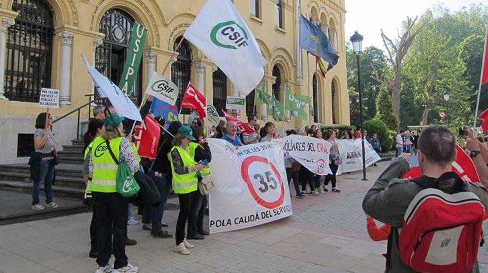La Junta de Personal Docente no Universitario convoca una concentración en Oviedo para exigir la recuperación de las condiciones laborales previas a la crisis.Manifestación de funcionarios en Oviedo
