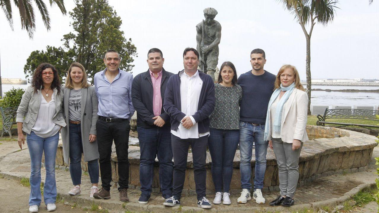 José Manuel Sande, concejal de Culturas, entra a declarar en los juzgados de A Coruña por el cartel de carnaval. Acompañado por el el alcalde, concejales y las comparsas