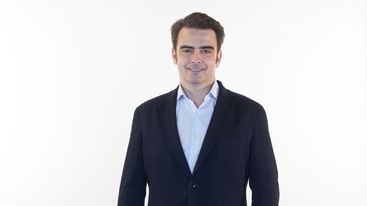 Diego Calvo Pouso, número 2 del PP por A Coruña. San Sadurniño (1975). Licenciado en Economía (especialización en Finanzas Públicas y Sistema Tributario). Máster en Desarrollo Local y Regional.  En 2009 fue el primer delegado territorial único de la Xunta de Galicia en la provincia de A Coruña. En el período 2009-2013 fue Presidente del Consejo de Administración de Xestur en A Coruña. En 2011 fue elegido presidente del Consejo Provincial de A Coruña, desde que ocupó hasta 2015.  En febrero de 2003 se unió al Parlamento gallego y continuó como diputado de la oposición entre 2005 y 2009. Fue portavoz del PP en la Comisión de la Juventud, en la CRTVG y la Compañía de Vivienda, y miembro de los Comités de Economía, Pesca y Mariscos y el Consejo de Cuentas. . De 2006 a 2009 fue subsecretario general del PP de Galicia.  Actualmente es el presidente provincial del Partido Popular en A Coruña. 1º Vicepresidente del Parlamento gallego en la X Legislatura.
