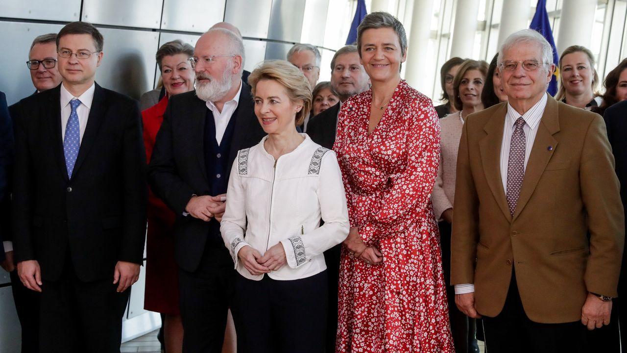 Von der Leyen y Borrell, con el resto de comisarios en la primera reunión de la Comisión Europea