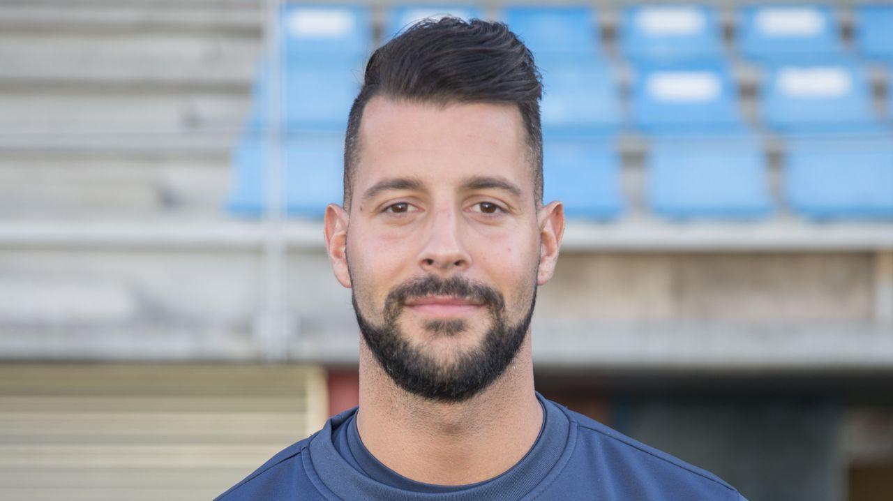 Emilio Cañedo Vetusta Requexon.Juanjo Nieto golpea al balón con Tete Morente al lado