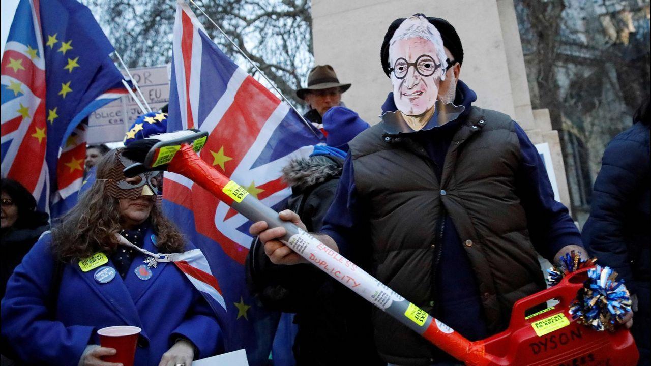 Activistas se burlan del traslado de la empresa Dyson, cuyo fundador apoyó el «brexit»