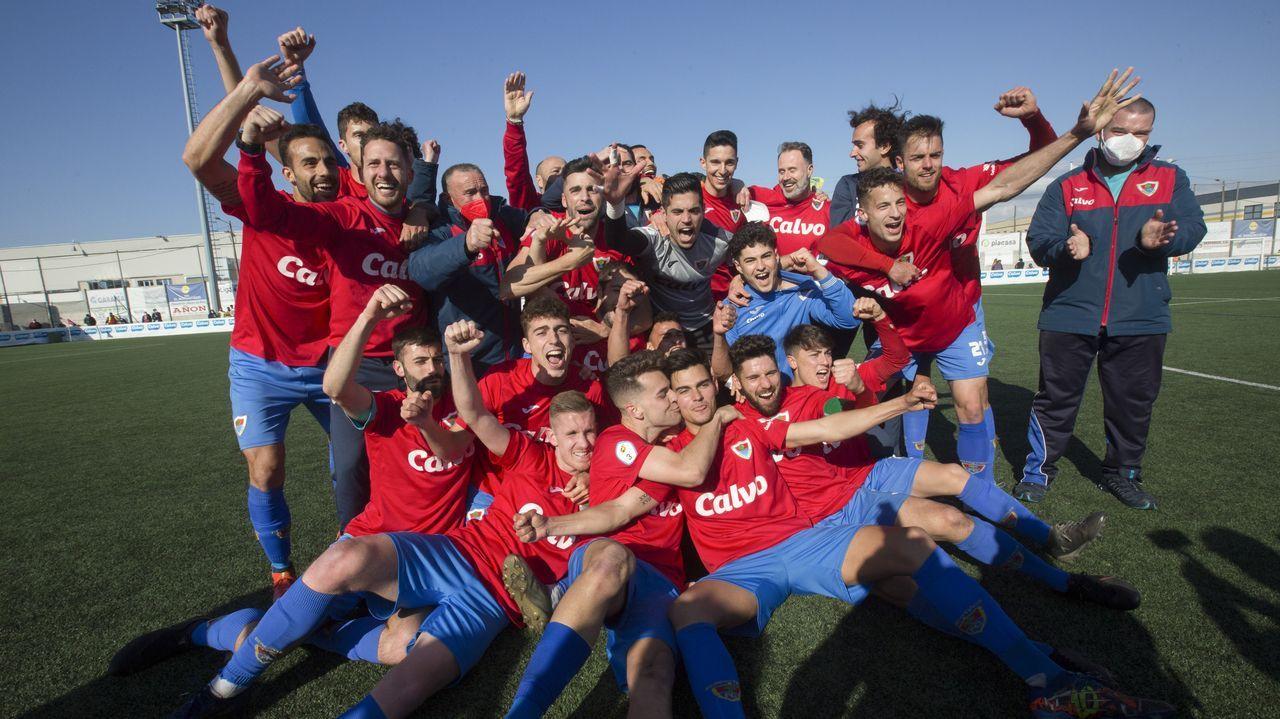 Las imágenes de un día histórico en Carballo con el Bergantiños.Foto oficial del equipo del segundo ascenso del Bergan a Segunda RFEF, que puede ser también el del segundo título en Tercera
