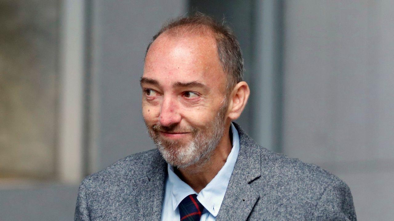 El ex director general de la Fundación Niemeyer, Natalio Grueso, a su llegada a los juzgados de Oviedo. Grueso será juzgado a partir de este lunes por las presuntas irregularidades cometidas al frente del complejo cultural de Avilés relacionadas con la emisión de facturas falsas o manipuladas y por las que la Fiscalía pide once años de prisión.