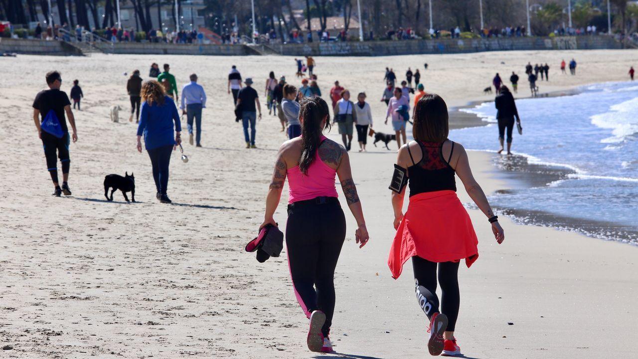 Gente paseando por Samil el Día del Padre