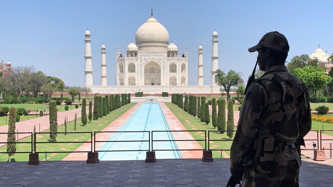Un militar indio supervisa la seguridad en un Taj Mahal sin su habitual ajetreo