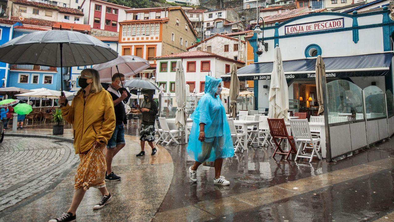 lluvia.Un grupo de turistas visita Cudillero, bajo una intensa lluvia